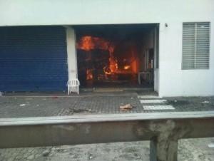 Incendio afecta cartonera en Villa Mella