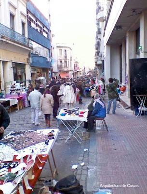 Feria callejera de artesanías y antigüedades en Buenos Aires