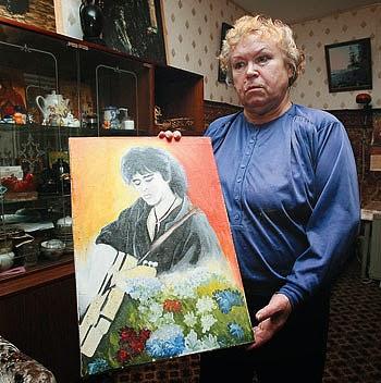 Валентина Цой — Мама Вкитора Цоя с портретом сына
