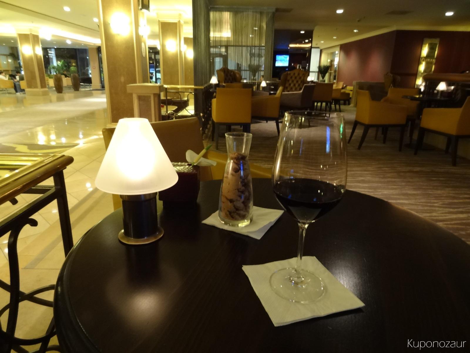 Hotel InterContinental Frankfurt drink powitalny - wino oraz orzeszki
