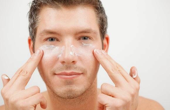 Kulit wajah pria cenderung lebih berminyak daripada kulit wajah wanita, hal ini disebabkan karena  hormon testosteron pada pria memproduksi minyak lebih banyak daripada wanita.
