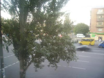 Вид из нашего окна, через дорогу концерт у магазина...