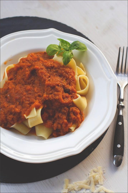 Pastasauce, serviert mit frischen Tagliatelle, Parmesan und Basilikum