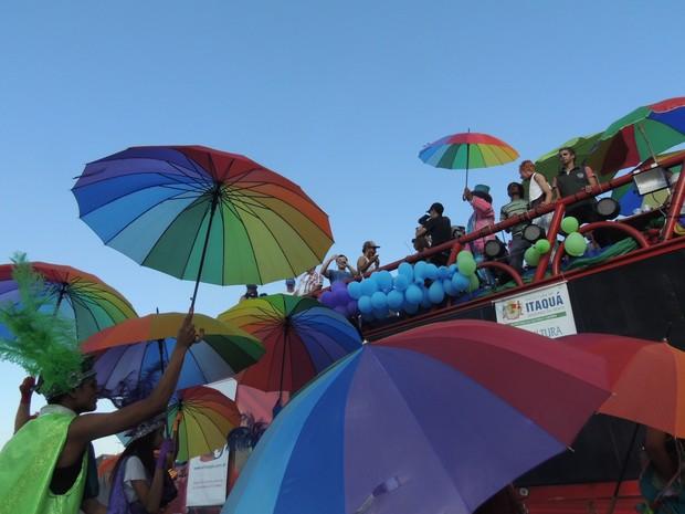 Público acompanha trio elétrico durante a Parada do Orgulho LGBT | Foto: Jenifer Carpani