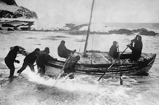 Imagine 6 mann i denne livbåten, i orkan, i 15 dager.