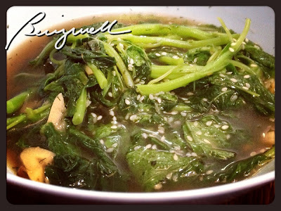 Cooking Stir-fried Spinach with Sesame Seeds