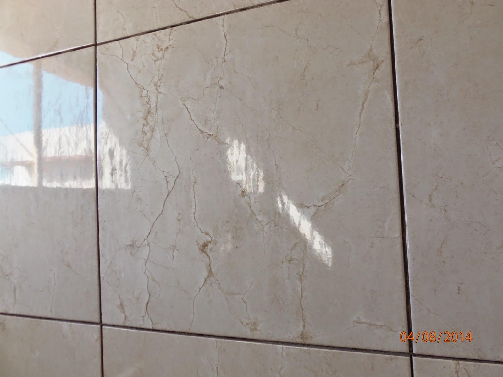 Uma parede do meu banheiro.( ainda sem rejunte) Vejam que ainda tem  #A95622 1600x1200 Banheiro Com Azulejo Branco E Rejunte Preto