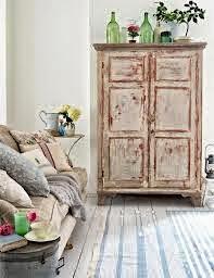 Mueble auxiliar decapado en blanco, sencillo y repleto de detalles