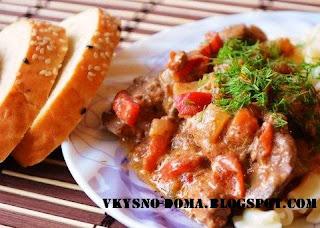 Куриная печень в томатно - сметанном соусе