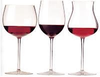 tres copas en fila con un poco de vino
