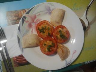 Imagen de tomates al horno con empanadillas de atún