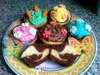 Színes krémes tarka muffinok, epres, mandulás, citromos színes krémes, marcipán díszítéssel, húsvéti sütemény recept.