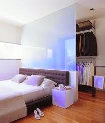Separar el vestidor y la cama por una mampara de cristal