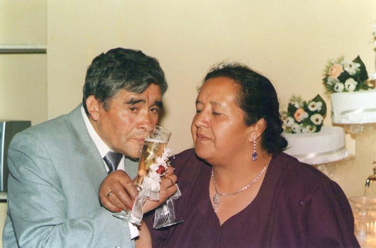 Mis papitos brindando el día de su boda!!!!!