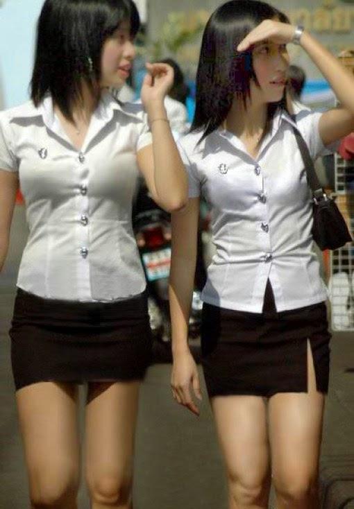 Foto hot wanita dengan rok mini