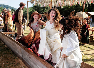Lívia (Alinne Moraes) e Rita (Daniela Fontam) se divertem na festa da colheita Crédito: Globo/Estevam Avellar