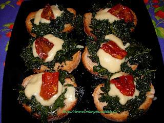 bruschette con cavolo nero e crema di fave