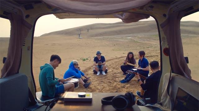 Yaoband haciendo música en el desierto