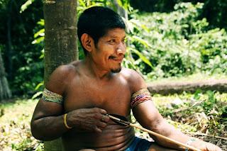 FOTO: Kehidupan Suku Awá, Suku Terasing di Hutan Amazon 2kFANS.com awa man bow 120425 jpeg 164652