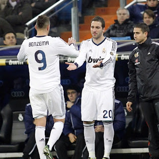 Higuain replaces Benzema in a Real Madrid match
