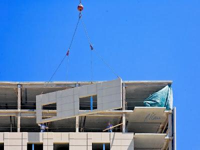 pemasangan cladding beton precast