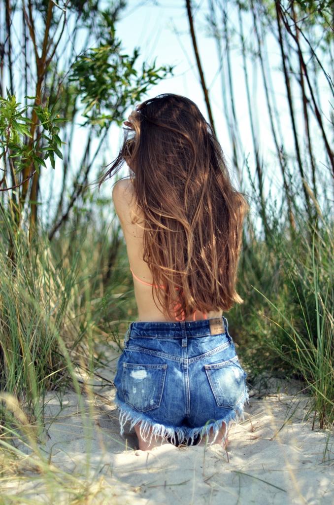 szorty jeansowe z wysokim stanem i włosy