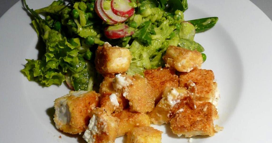 Panierter Schafskäse mit Frühlingssalat