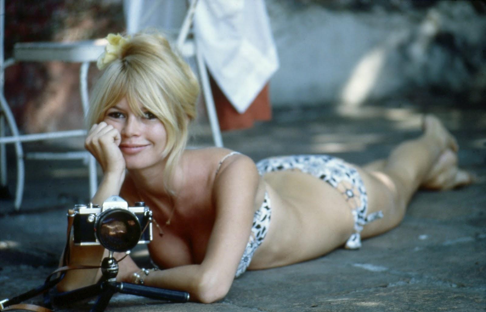 http://4.bp.blogspot.com/-vAqkWizKEgE/T6BOY5Ke24I/AAAAAAAADHQ/5SJwQIrgBiQ/s1600/2-photos-people-cinema-Brigitte-Bardot.jpg