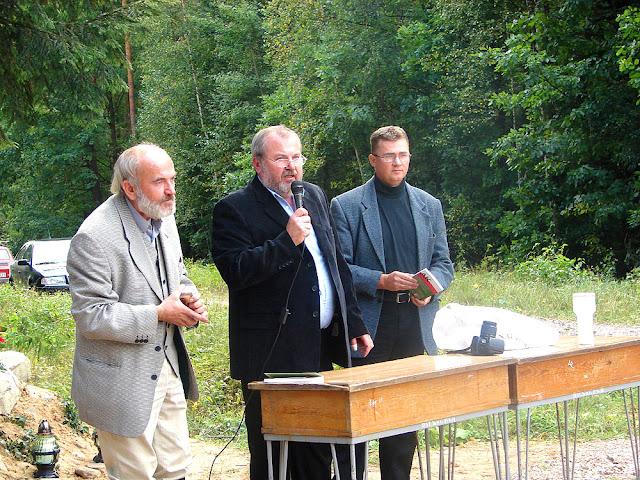 Posada, od lewej bracia Jan i Wiesław Kowalscy - obecnie  mieszkańcy  Warszawy, pochodzący  z  Kacprowa, badacze lokalnej historii tych ziem i autor Radosław Nowek. Fot. 1.09.2007.