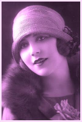 chica de los años viente en una postal vintage con tonos magenta