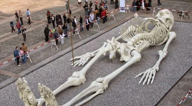 Gambar rangka manusia gergasi hebohkan Itali