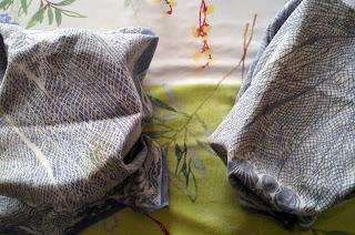 Les deux pains au sésame et pavot sont encore emballés dans leur tissus en coton après la levée. Surprise pour la suite!