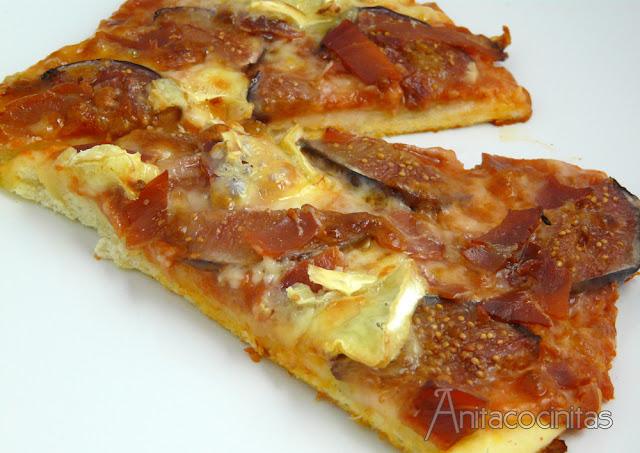 Pizza de higos, jamón y queso brie