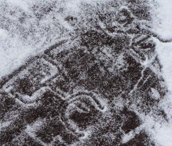 Iscrizioni rupestri della Valcamonica sotto la neve