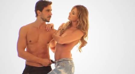 Namorada de Roberto Justus posa sensual de topless juntinha do ator ...