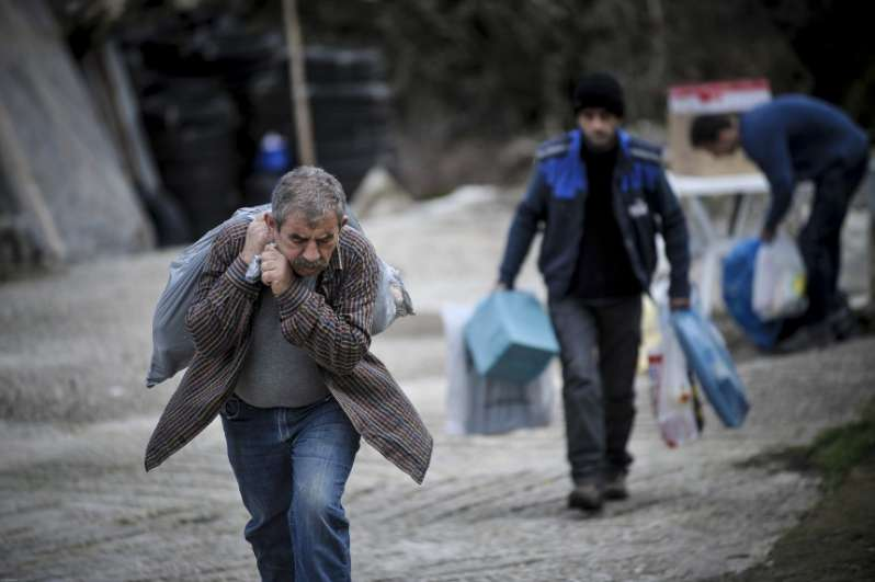 Θλιβερές εικόνες: Ξεσπιτώνονται Έλληνες στα Τρίκαλα (ΒΙΝΤΕΟ)