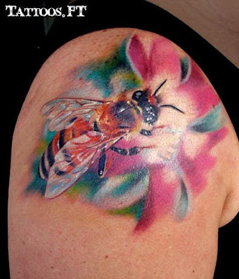 Tatto abelha na flor ombro
