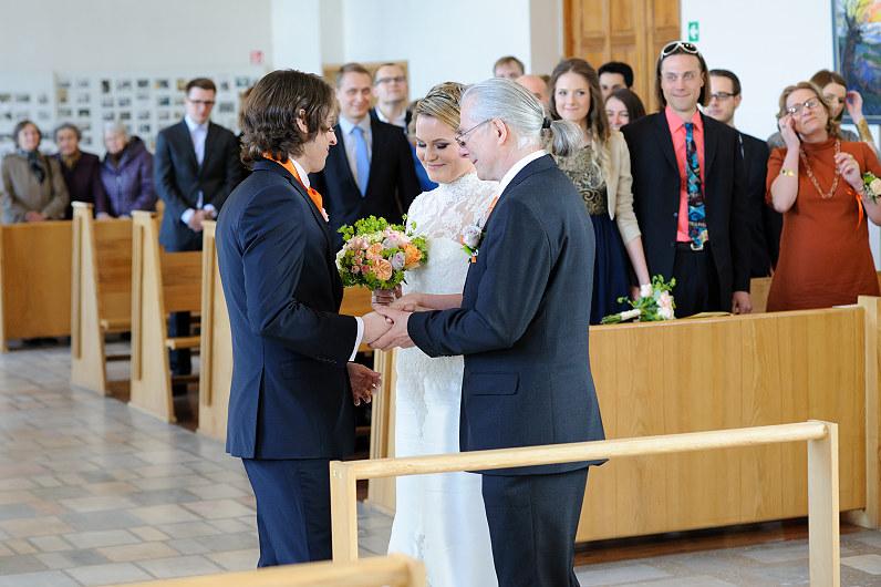 Tėvas atveda nuotaką į bažnyčią