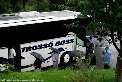 bussresa, buss, trossö buss, bussbolag, turistbuss, olofström, blekinge, regn, regnväder, regnig sommar, sommaren är kort, oväder, sommaroväder, åskregn, paraplyer, foto anders n
