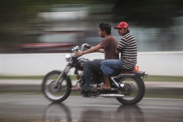 Pengendara motor yang tidak memakai helm