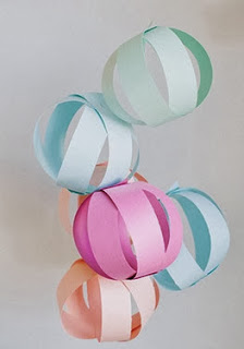 http://charhadas.com/ideas/34232-bolas-decorativas-de-papel?category_id=558-manualidades-para-ninos