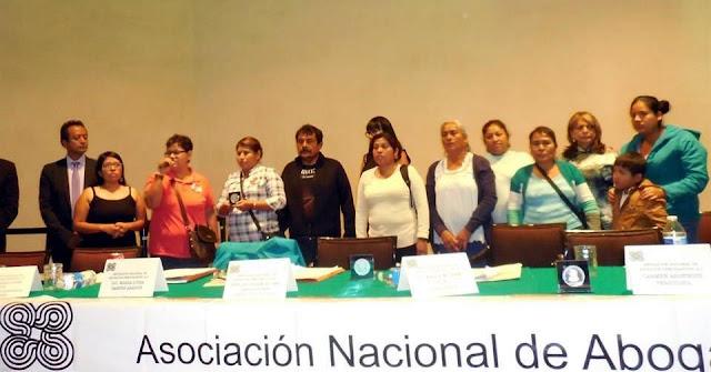 Otorgan reconocimiento a padres de Ayotzinapa y Aristegui
