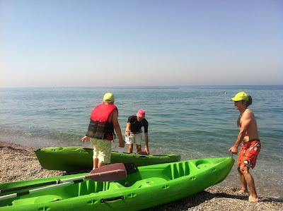 Los monitores desplazan las canoas hasta la orilla para montar a los niños.