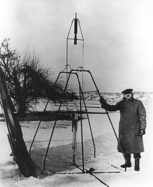 Goddard con uno de sus cohetes en 1926