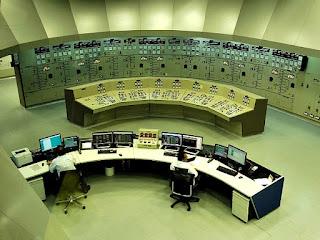 Sala de Controle Central da Usina Hidrelétrica de Itaipu. Dois engenheiros brasileiros.