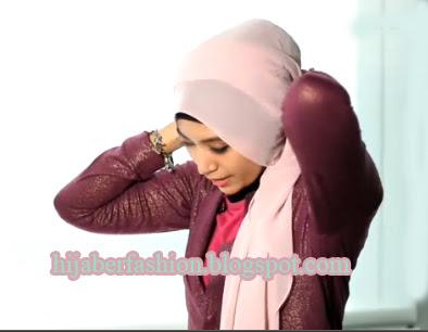 Ambil jilbab di sebelah kanan bawa ke atas kepala, lalu selipkan ...