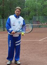 Tennisopettaja Olavi Lehto tilauksen mukaan joko yksityis- tai seuraopetusta