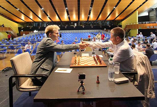 Ronde 2: Une partie sauvage entre Richard Rapport (2671) et Michael Adams (2740) sur un Gambit Roi qui finira par le partage du point © site officiel