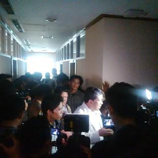Wakil Ketua DPR Fahri Hamzah beradu mulut dengan penyidik KPK AKBP Christian yang membawa anggota Brimob bersenjata laras panjang saat menggeledah ruang kerja anggota Komisi V Fraksi Partai Keadilan Sejahtera (PKS) Yudi Widiana. Suasana berlangsung tegang.