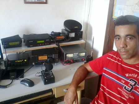 PU2KIY PAULINHO em sua estação com o IC-718
